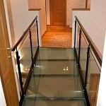 Passerelle en verre feuilleté mat. les dalles de verre sont coupées  et posées par nos soins