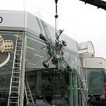 Atelier Wavre:Manutention d'une vitrine par camion ventouse