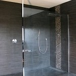 Paroi en verre trempé (sécurite) de douche sur mesure + poteau de rigidification vertical