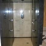 Porte de douche en verre anticalcaire sur mesure avec charnière sans joint