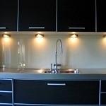 crédence de cuisine en verre laqué (planilaque, lacobel ) découpe de prise réalisé en nos atelier