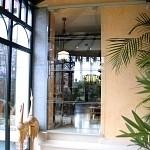 Porte en verre trempé (sécurit) coulissante sur mesure en applique sur le mur avec sablage partiel