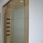 Porte en verre trempé (sécurit) coulissante + fixe le tout avec un sablage (matage) sur mesure